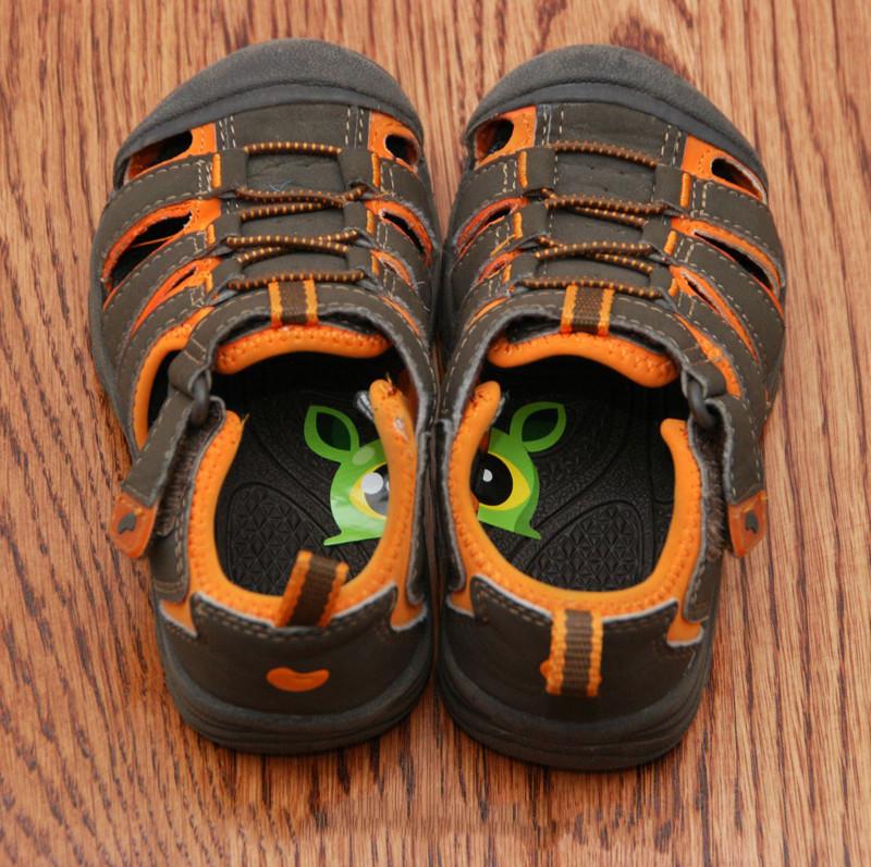 Ваш ребенок постоянно путает левый и правый ботинок? Приклейте ему эти замечательные стикеры  Лайфхак, житейские хитрости, прикол, хитрости, юмор