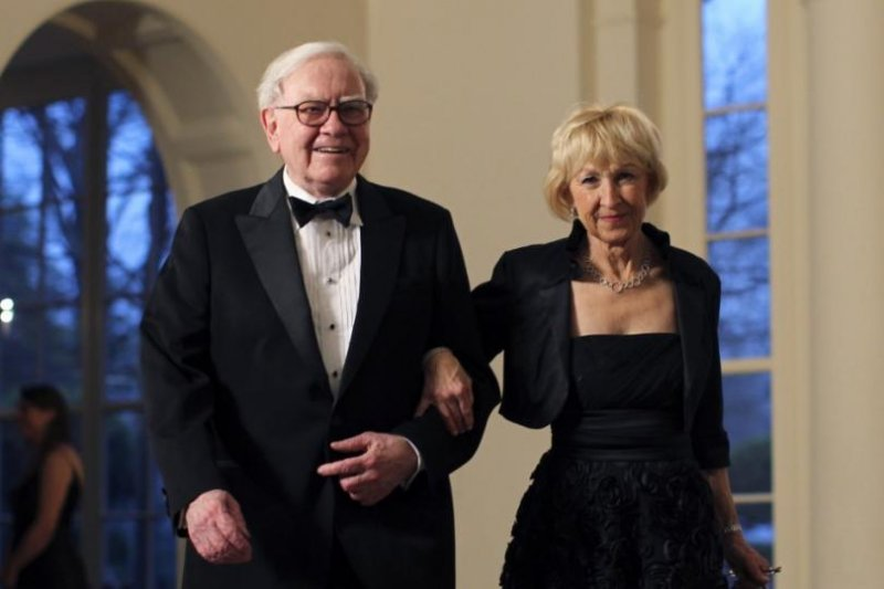 3. Уоррен Баффет, 3 место в рейтинге Forbes, состояние - 60,8 млрд долларов. Супруга - Астрид Менкс Трамп, богатые жёны, миллиардеры, супруги
