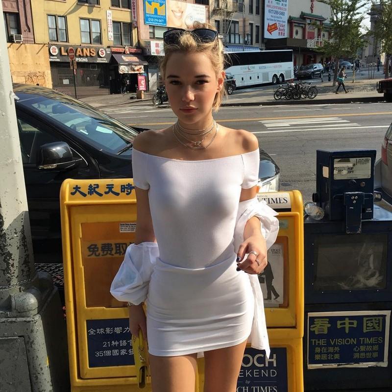 Большие груди в обтянутом платье