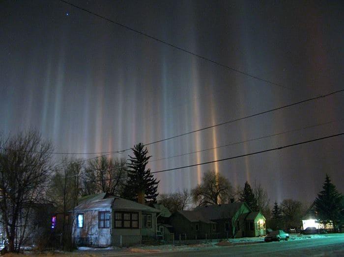 4. Световые (солнечные) столбы. Оптическое атмосферное явление, вызываемое отражением солнечного света от поверхности мельчайших кристаллов льда, взвешенных в воздухе природные феномены, природные явления