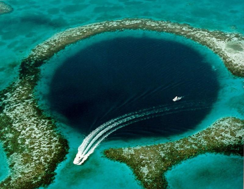 8. Большая голубая дыра (или Великая синяя дыра). Гигантская карстовая воронка диаметром 305 м у берегов Белиза, уходит на глубину 120 м природные феномены, природные явления