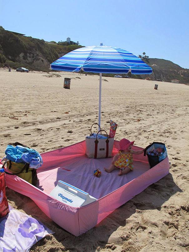 Простыня на резинке - лучшая подстилка для пляжа! На ней ребенок точно не наестся песка! воспитание, дети, советы, хитрости