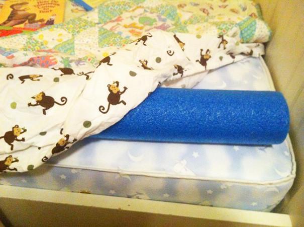 Положите аквапалку вдоль края кровати - и ребенок не скатится с нее во сне воспитание, дети, советы, хитрости