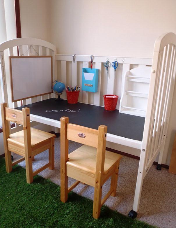 Сэкономьте на покупке стола для занятий - сделайте его из старой кроватки! воспитание, дети, советы, хитрости