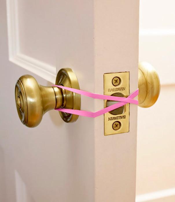 Наденьте резинку на дверные ручки в ванной и туалете - и больше не волнуйтесь из-за того, что ребенок может случайно там закрыться  воспитание, дети, советы, хитрости