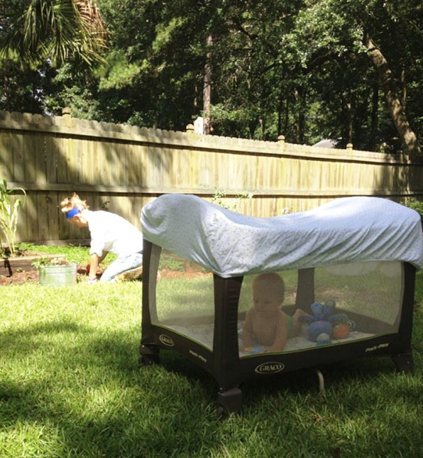 Проблемы с прогулками на даче? Посадите ребенка в манеж и накройте его сверху простыней. И свежий воздух хоть целый день, и комары не кусают! воспитание, дети, советы, хитрости