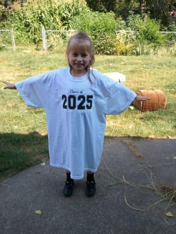 Приобретите своему детсадовцу футболку взрослого размера с надписанным на ней годом окончания школы, и каждый год фотографируйте в ней ребенка, наблюдая, как он растет воспитание, дети, советы, хитрости