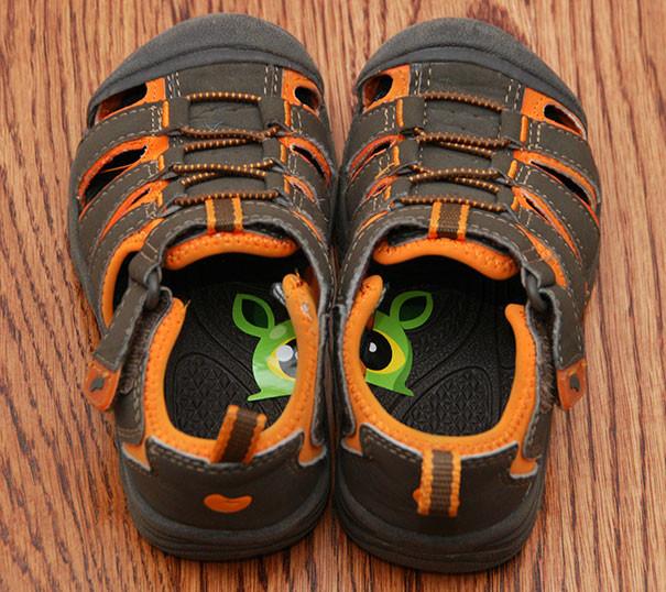Разрежьте наклейку пополам и приклейте половинку в обувку ребенка. Так он быстро научится надевать ботинки на правильную ногу воспитание, дети, советы, хитрости