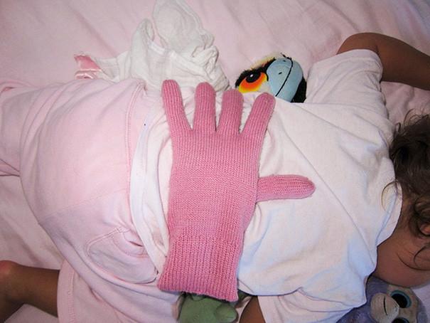 Насыпьте в перчатку фасоли и положите ее на спину засыпающего малыша, который никак не хочет отпустить вашу руку. Вы оба отлично отдохнете! воспитание, дети, советы, хитрости