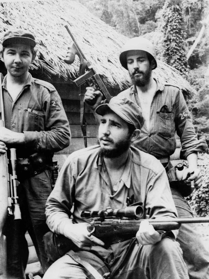 астро (в центре) со своим братом Раулем Кастро (слева) и Камило Сьенфуэгос (справа) в горах восточной части Кубы в 1957 году. Фидель Кастро, команданте