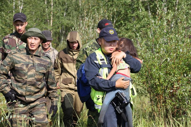 Четырехлетняя кроха потерялась в бескрайней тайге и проплутала там 12 дней девочка, маугли, собака, тайга, якутия