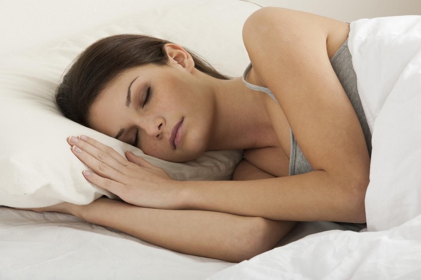 фото поза которой спит девушка