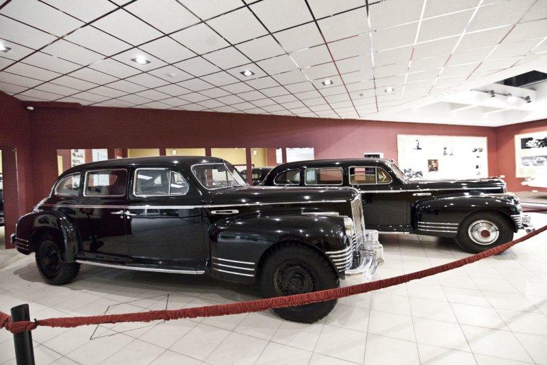 В этом же зале стоят два послевоенных ЗиСа: ЗиС 110 и ЗиС 115 – бронированная версия, построенная специально для Сталина. автомузей, зил, музей