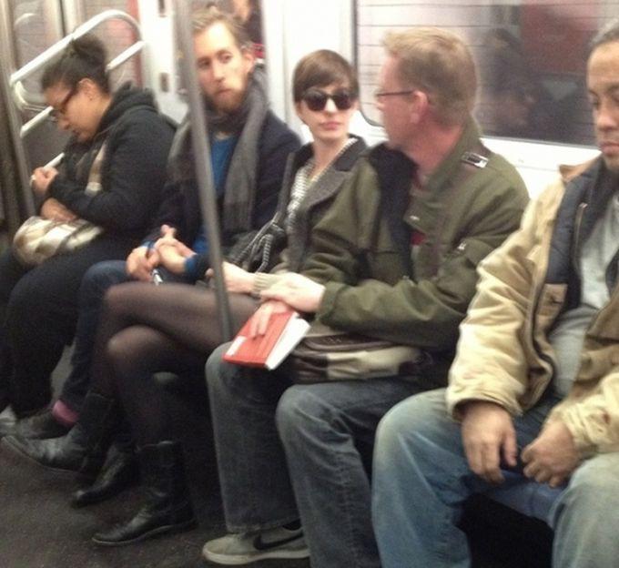 Энн Хэтэуэй и Адам Шульман знаменитости, метро