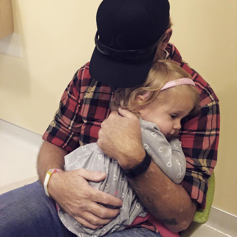 После операции родителям с трудом удалось утешить девочку. девочка, инвалид, котенок, трогательное