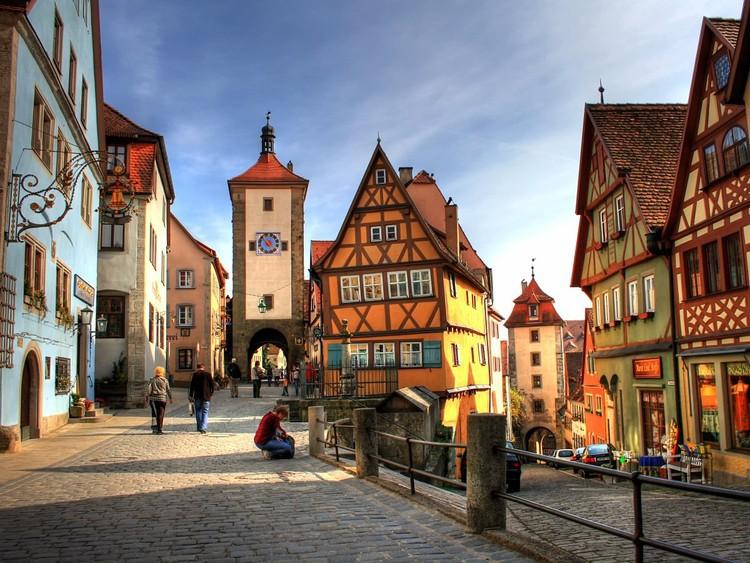 Хотя бы раз в жизни нужно проехаться по Романтической дороге, одному из самых живописных маршрутов Германии. Путь в 420 километров проходит через несколько очаровательных городков, где немецкая культура и история откроются вам во всей красе.  германия, путешествие