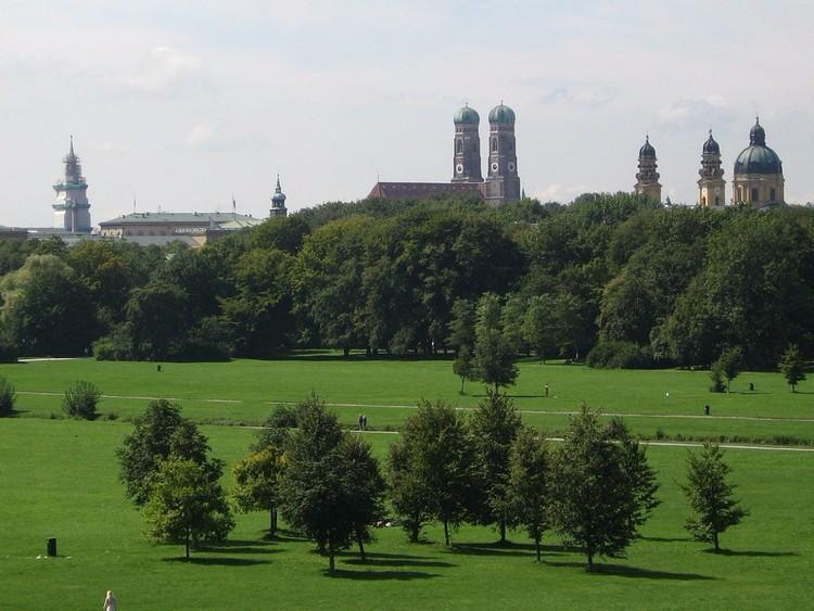 В мюнхенском Английском саду можно провести время максимально необычным образом: выпить пива нагишом. Этот общественный парк больше Центрального парка в Нью-Йорке. Здесь разрешено как публичное обнажение, так и открытое употребление алкоголя.  германия, путешествие