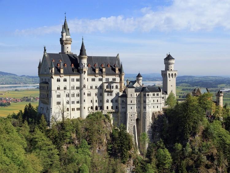 Посетите сказочный замок Нойшванштайн, построенный в 1892 году королем-затворником Людвигом II Баварским. Говорят, именно он вдохновил создателей замка Спящей красавицы в «Диснейленде». германия, путешествие