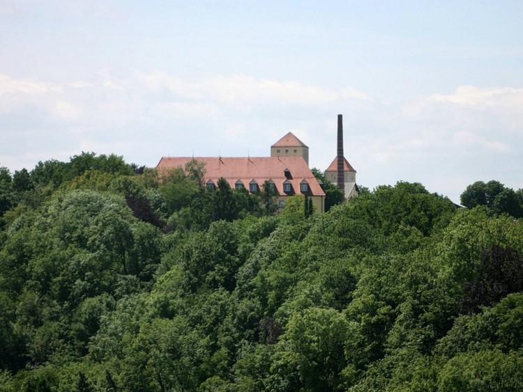 Посидите в пивной Weihenstephan под открытым небом. Древний монастырь, где она расположена, построен на вершине холма рядом с Мюнхеном. Здесь находится старейшая в мире пивоварня, основанная в 1040 году. германия, путешествие