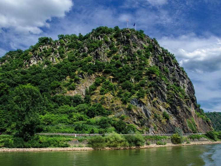 Посетите Лорелею, большой камень на берегу Рейна недалеко от Санкт-Гоарсхаузена. По легенде, здешнее эхо заманило на верную смерть многих рыбаков. германия, путешествие