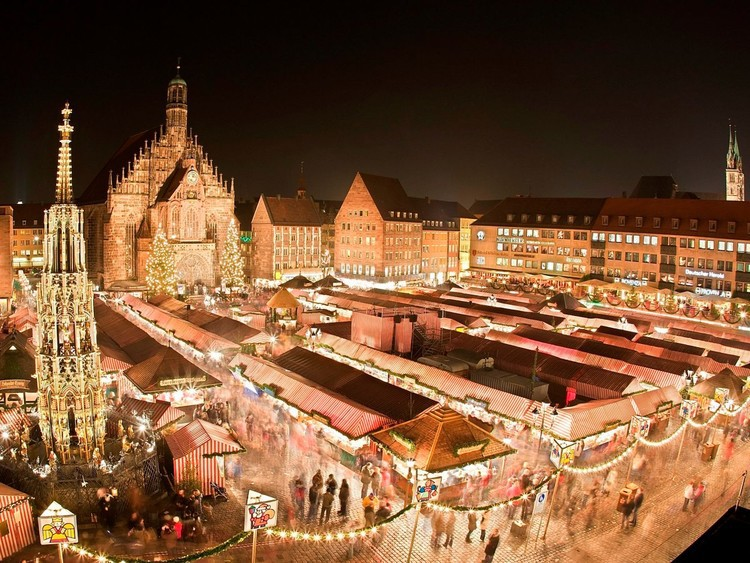 На рождественском рынке в Нюрнберге — одном из самых известных в мире и старейших и крупнейших в Германии — стоит согреться кружкой глинтвейна и выбрать себе по вкусу сувениры ручной работы. германия, путешествие