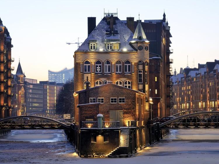 Съездите на лодочную экскурсию в порт Гамбурга — он был основан в 1189 году, а сейчас это второй по загруженности порт Европы. германия, путешествие