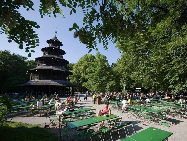 Забудьте забитый туристами «Хофбройхаус» и посетите один из знаменитых пивных садов Баварии, где можно выпить пива за общим столом и закусить местными деликатесами, а можно принести еду с собой. германия, путешествие
