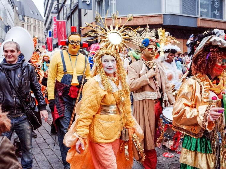 Нарядитесь и примите участие в Фашинге — местной версии Марди Гра. Самый известный карнавал проходит в Кёльне. Только не надевайте галстук — в середине дня одна из женщин, следуя традиции, может вам его отрезать. германия, путешествие