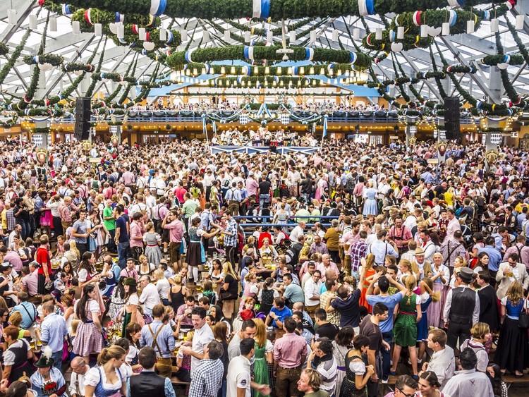 Не пропустите возможность посетить гигантские шатры «Октоберфеста» — самого известного пивного фестиваля в мире. германия, путешествие