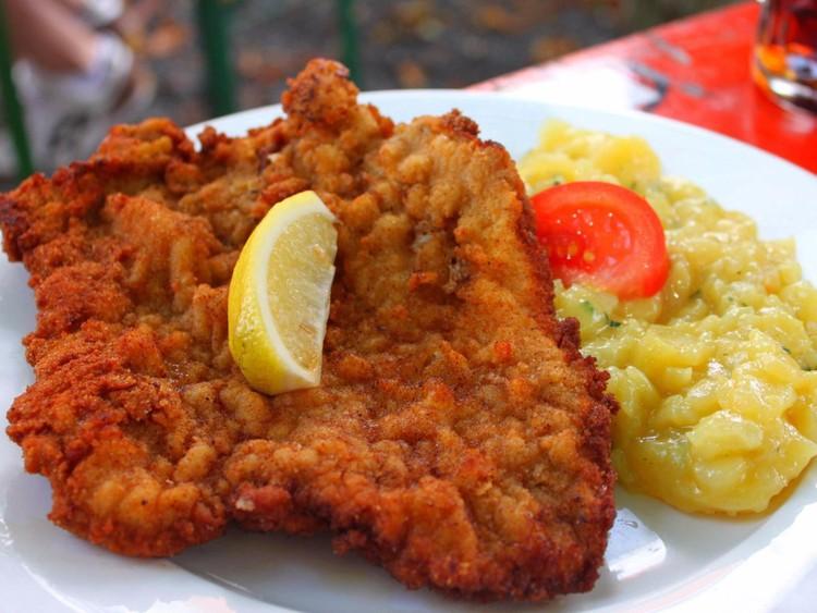 Обязательно съешьте шницель. Это блюдо, представляющее собой телятину в панировке, — одно из основных в немецкой кухне, как и свиные отбивные, претцель, сосиски и шпецле, особые макароны с сыром. германия, путешествие