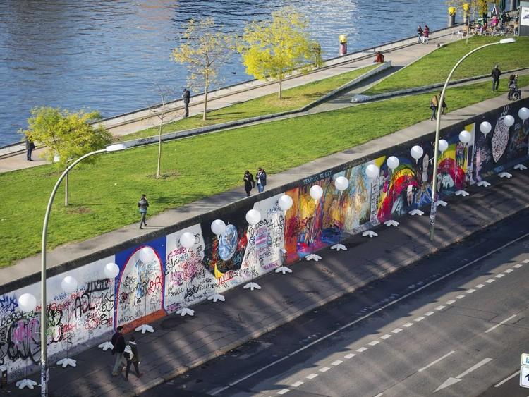 Пройдите по дорожке вдоль разрушенной Берлинской стены, осмотрите ее остатки, которые можно обнаружить в центре Берлина. германия, путешествие