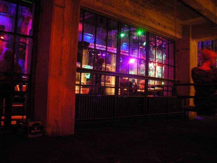 Любителям ночной жизни можно посоветовать танцы до утра в берлинском клубе Berghain; он считается одним из самых известных и отвязных в мире.  германия, путешествие