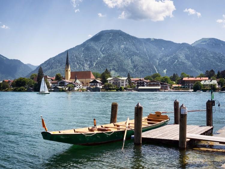 На прекрасном озере Тегернзее обязательно нужно арендовать гребную лодку и насладиться альпийским пейзажем с воды. германия, путешествие