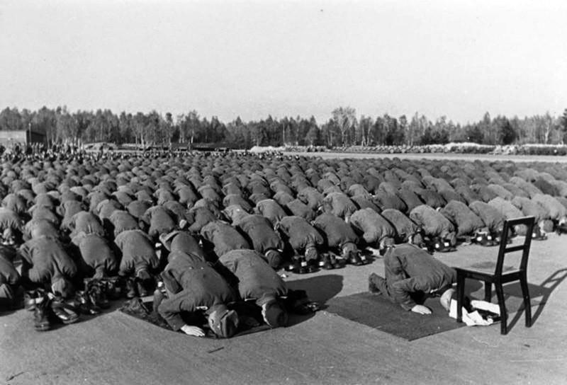 1943. Солдаты 13-й горной дивизии СС «Ханджар» (1-я хорватская) совершают намаз. Дивизия была набрана из добровольцев боснийцев-мусульман. интересно, история, фото