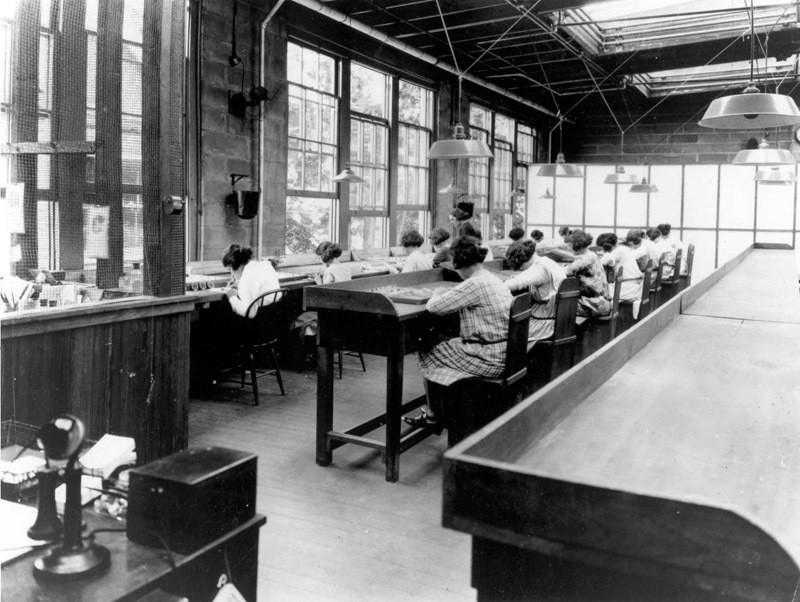 1922. Девушки рисуют на циферблатах светящиеся цифры радиоактивными красками. Многие из них потом умрут от рака. интересно, история, фото