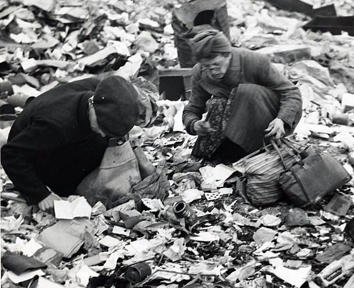 1945. Жители Берлина ищут еду на развалинах. интересно, история, фото