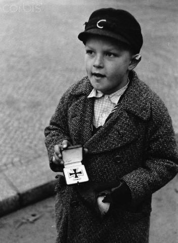 Немецкий мальчик пытается продать отцовский серебряный крест за сигареты. интересно, история, фото