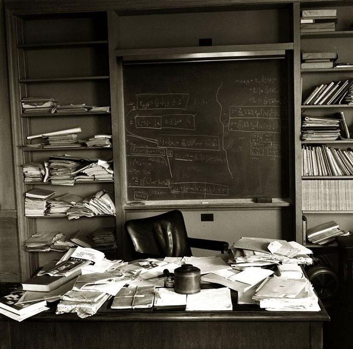 Рабочий стол Альберта Энштейна спустя три часа после того, как он его покинул и ушел в вечность, 1955 г. интересно, история, фото