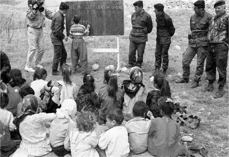 Под присмотром офицеров турецкой армии курдские дети пишут на доске «Как счастлив тот, кто называет себя турком». интересно, история, фото