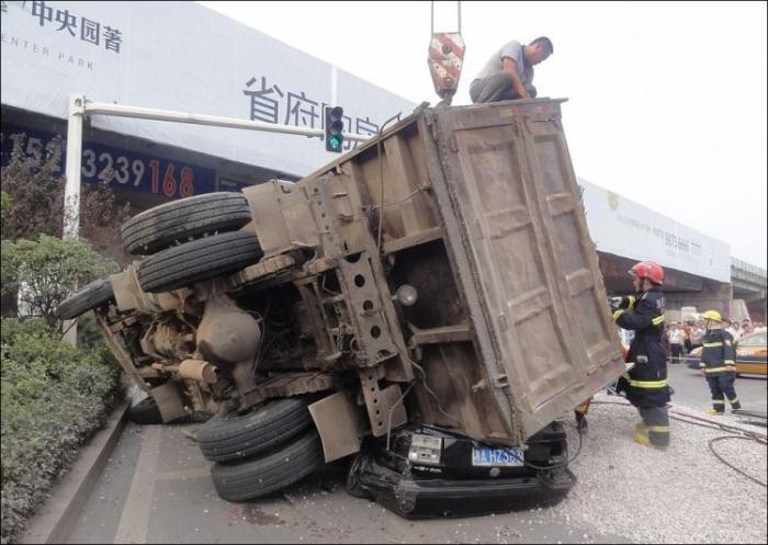 Водитель грузовика с щебнем не справился с управлением и перевернул тяжелую машину прямо на легковой автомобиль авария, дтп, животные, история, родился в рубашке