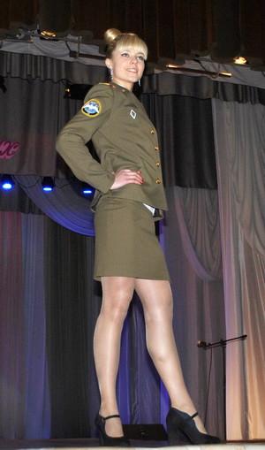 Девушки в чулках в военных формах