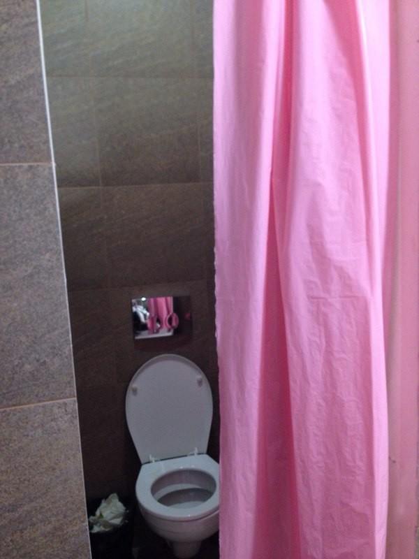 pikantnie-deystviya-v-zhenskom-tualete-neobichnaya-matka-porno