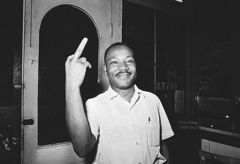 Мартин Лютер Кинг, показывающий средний палец. интересное, фейки, фотографии