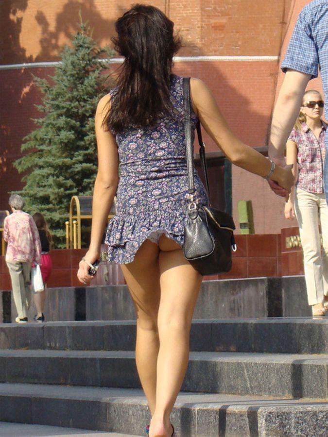 У девушки нечаянно задралась юбка