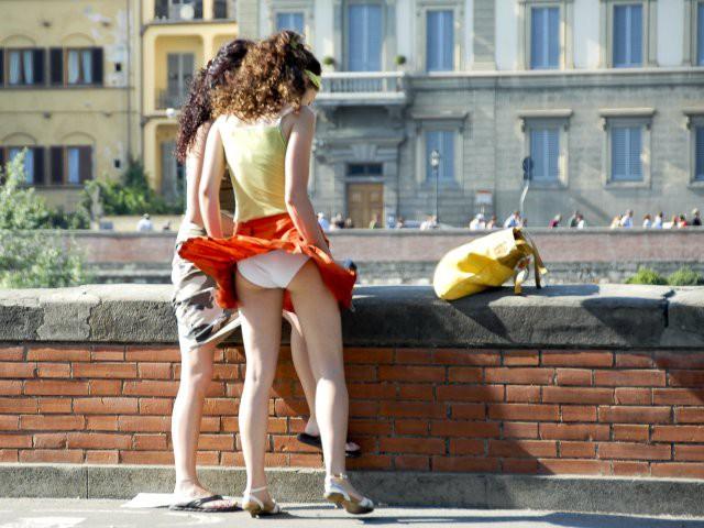 Порно фильм эрофото как ветер девушек оголяет прозрачном