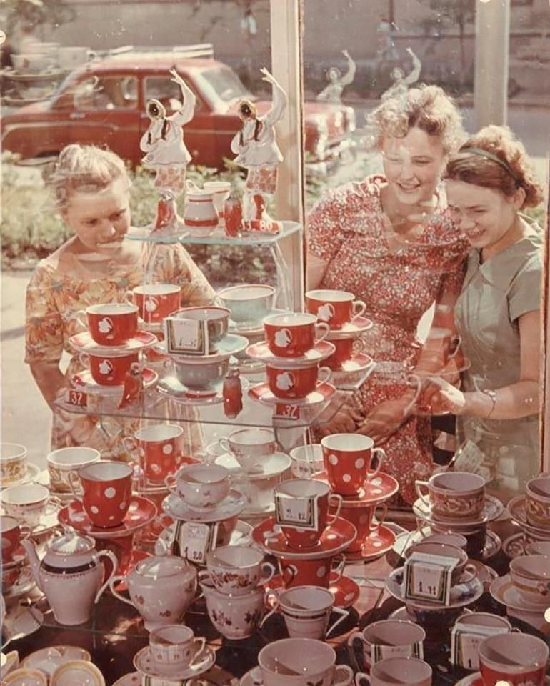 Роберт Диамент. Перед витриной, 1954 г.  дефицит, люди, мечта