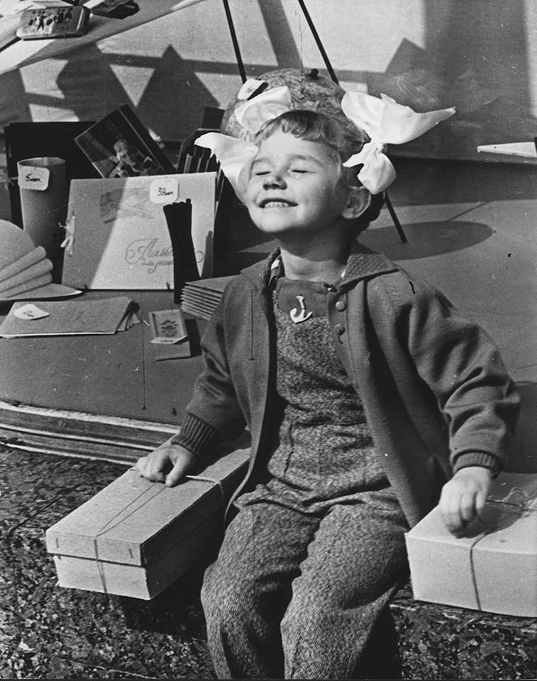 Нина Свиридова, Дмитрий Воздвиженский. Солнышко. У «Детского мира», Москва, 1961 г.  дефицит, люди, мечта