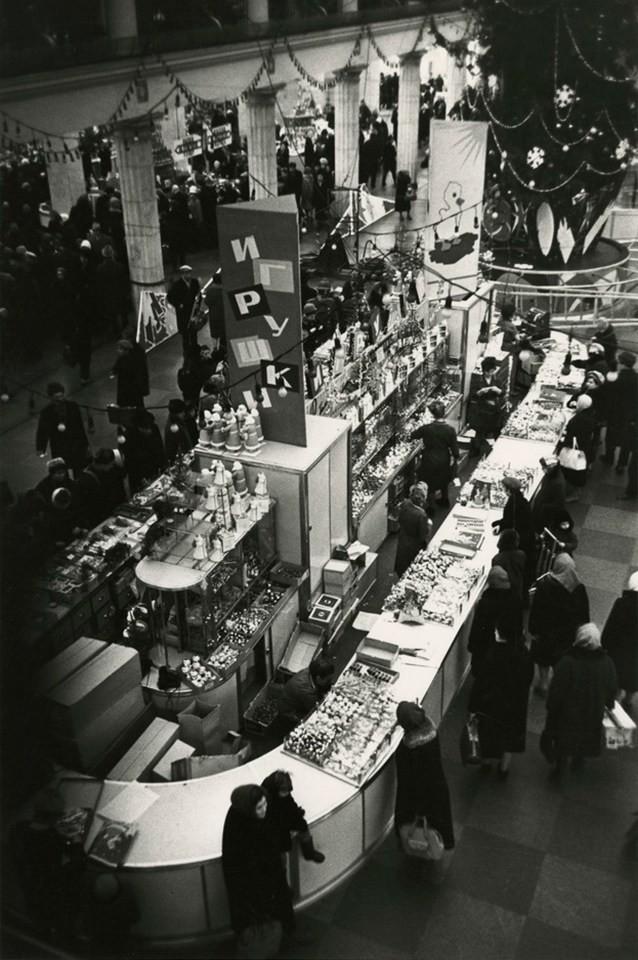 Борис Ярославцев. В торговом зале «Детского мира» накануне Нового года, Москва, 1960-е дефицит, люди, мечта