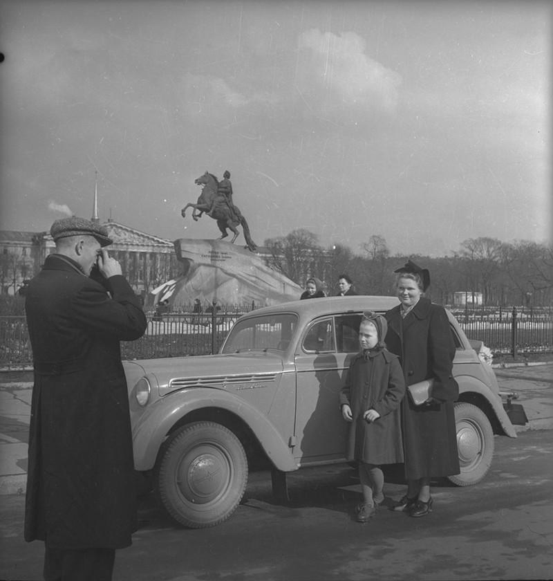 Евгений Халдей. «Москвич» на фоне Петра, Ленинград, 1950-е дефицит, люди, мечта