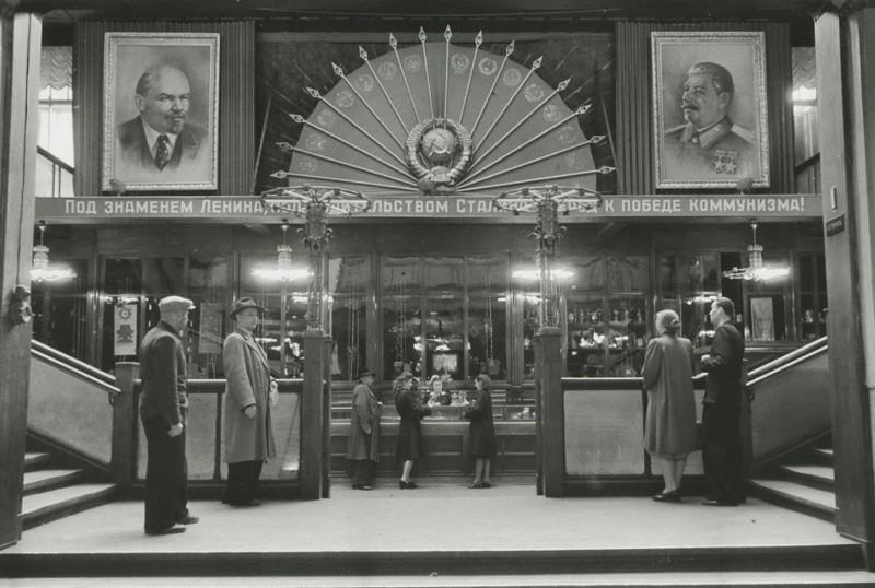 Аркадий Шайхет. В Центральном универмаге (ЦУМ), Москва, 1946 г.  дефицит, люди, мечта